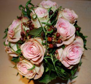 Ein großer Blumenstrauß mit Rosen zum Valentinstag am 14. Februar