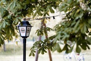 Laterne unter Kastaninenbaum im Biergarten der landlust