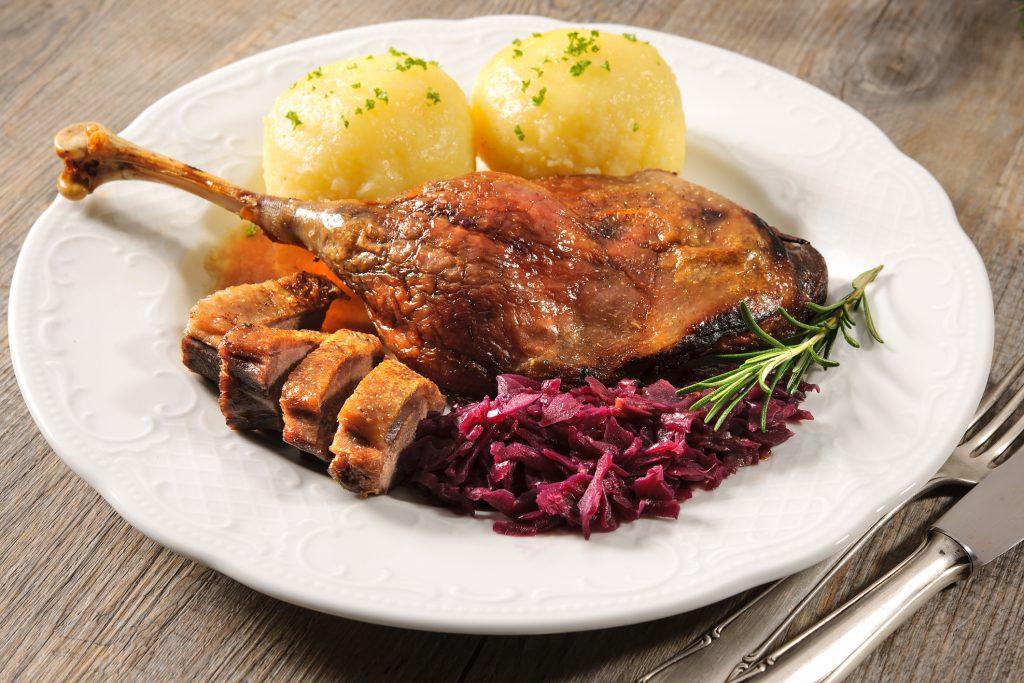 Knusprige Ente mit Kartoffelknödel und Blaukraut aus der Landlust in Vaterstetten nähe München